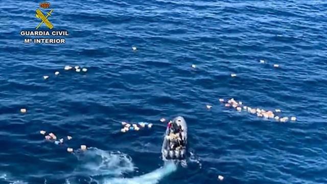Đang bị rượt đuổi, nghi phạm quay thuyền cứu cảnh sát rớt xuống biển