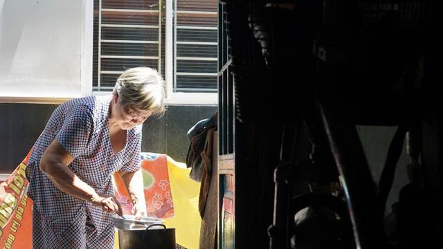 Hóp bụng, nghiêng mình di chuyển trong căn nhà siêu mỏng giữa phố Sài Gòn