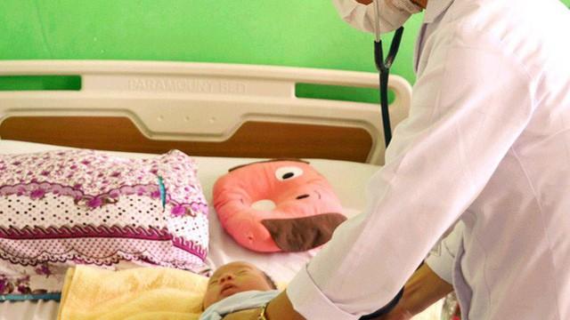Nhiều trẻ nhập viện vì viêm phổi tái đi tái lại nhiều lần do thay đổi thời tiết, bác sĩ khuyến cáo những dấu hiệu cha mẹ cần đưa con đi khám