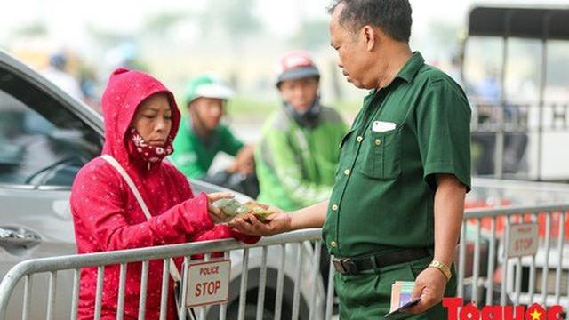Thương binh xếp hàng mua vé trận Việt Nam - Malaysia, bán ngay cho chợ đen kiếm lời