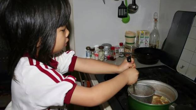 """Bé gái từng gây xúc động khi """"5 tuổi biết nấu ăn, làm việc nhà trước khi mẹ qua đời vì ung thư"""" bây giờ ra sao?"""