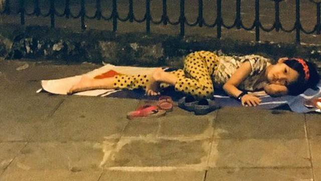Bé gái nằm vỉa hè nhìn dòng người ăn mừng chiến thắng của ĐT Việt Nam khiến nhiều người xót xa, nhìn kỹ mới nhận ra cô bé từng gây bão MXH