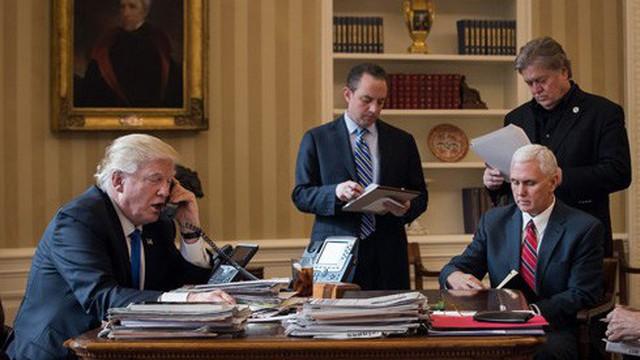 """Tổng thống Donald Trump thường xuyên được """"nhắc vở"""" trong các cuộc điện đàm xuyên quốc gia"""