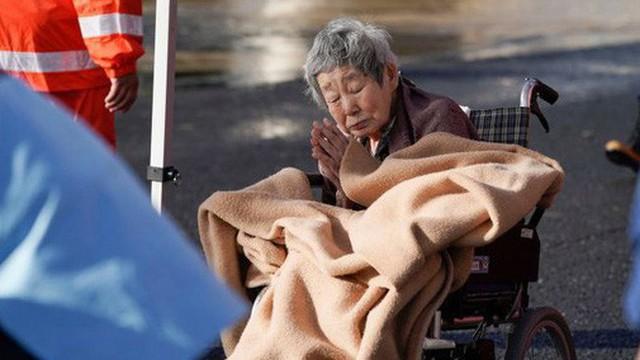 Khoảnh khắc cụ bà chắp tay cảm ơn lực lượng cứu hộ sau siêu bão Hagibis khiến nhiều người xúc động