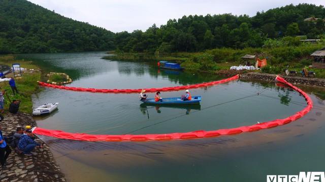 Cận cảnh quá trình xử lý bùn nhiễm dầu thải trên kênh dẫn nước Sông Đà