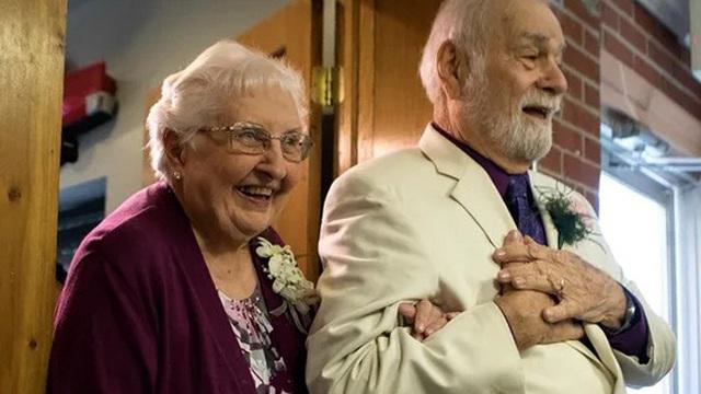 Không cam lòng vì bị 'tình đầu' đá hồi trẻ, cụ ông 80 tuổi lái xe 800 km đi nối lại