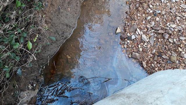 Phát hiện 200 lít dầu thải đổ ở đầu nguồn sông Hiếu