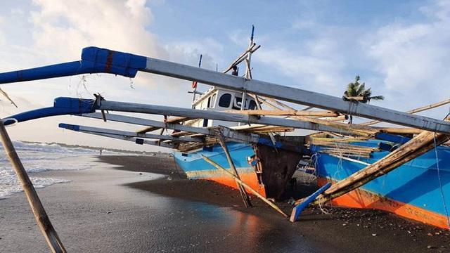 Tàu Trung Quốc tặng ngư dân Philippines bị sóng đánh vỡ đôi