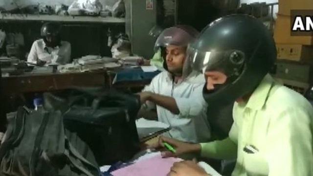 Đáng ngẫm hình ảnh công chức Ấn Độ đội mũ bảo hiểm trong phòng làm việc
