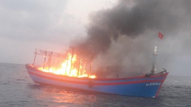 Tàu cá bốc cháy trên biển Quảng Trị, 7 ngư dân được cứu sống  