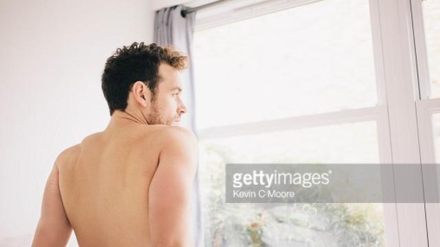 """""""Chào cờ"""" vào buổi sáng nói gì về sức khỏe nam giới?"""