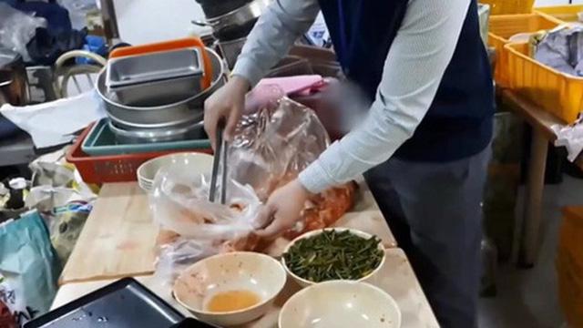 Thâm nhập cửa hàng bán đồ ăn online của Hàn Quốc: Nhếch nhác đến nỗi lên nấm mốc, nghi sử dụng lại đồ ăn thừa của khách