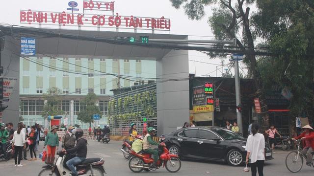 Nhiều cầu vượt 'tiền tỷ', người đi bộ vẫn bất chấp nguy hiểm băng qua đường