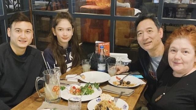 Chỉ 1 bức ảnh Lâm Tây khoe lấy hết nét đẹp của bố và mẹ, giờ mới biết ý nghĩa chiếc bánh nướng thủ môn được nhận ở sân bay