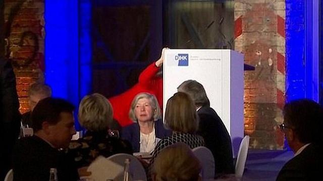Thủ tướng Đức ngã khi lên sân khấu phát biểu