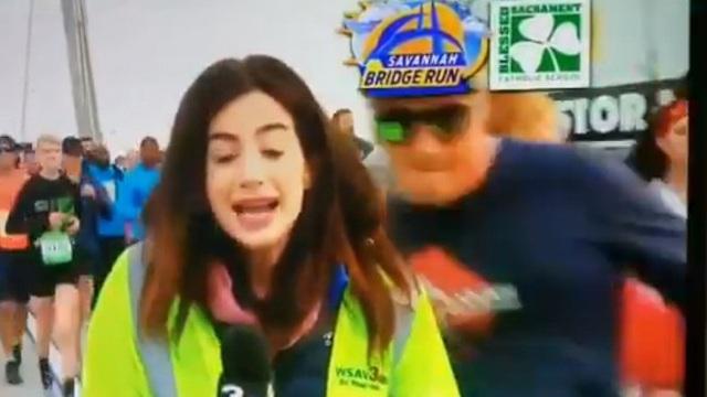 Phẫn nộ người đàn ông vỗ mông nữ phóng viên ngay trên sóng truyền hình trực tiếp