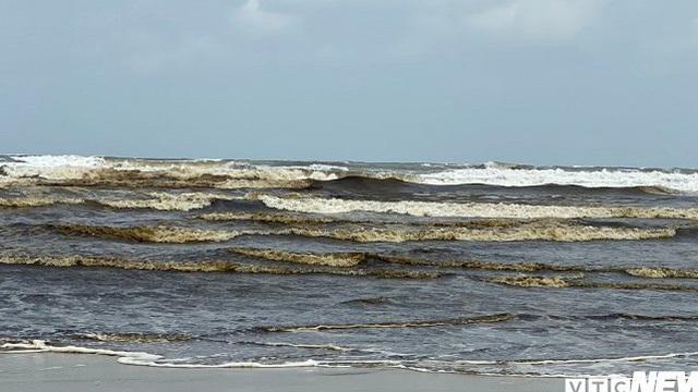 Nước biển nhuốm màu đen sẫm ở Quảng Ngãi: Không có vết dầu loang