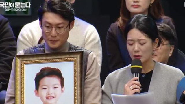 Bé trai 9 tuổi qua đường bị ô tô đâm tử vong: Bố mẹ nạn nhân bỏ việc để thuyết phục chính phủ Hàn Quốc ra luật bảo vệ trẻ em quanh các trường học