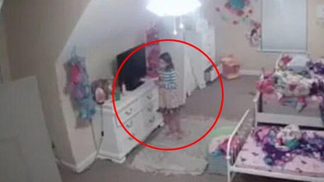 Mua camera đặt trong phòng con gái, mẹ hốt hoảng khi xem đoạn clip ghi lại cảnh tượng thiết bị này làm đứa trẻ la hét cầu cứu