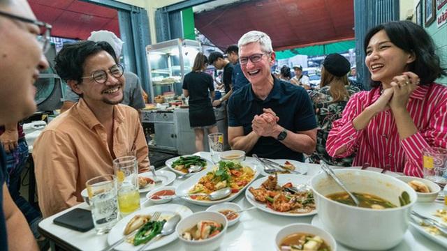 Tim Cook đi chùa, khen ngợi ẩm thực Đông Nam Á