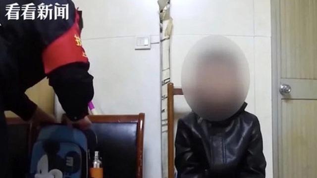 """Cậu bé 10 tuổi bị phạt quỳ ăn xin ở ga tàu hỏa khiến nhiều người bất bình, khi hỏi lý do ai cũng đồng cảm với người bố vì """"giống nhau thế"""""""