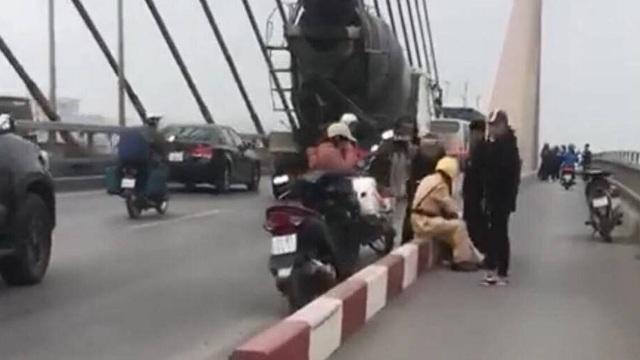 CSGT giải cứu người đàn ông định nhảy cầu Bãi Cháy tự tử