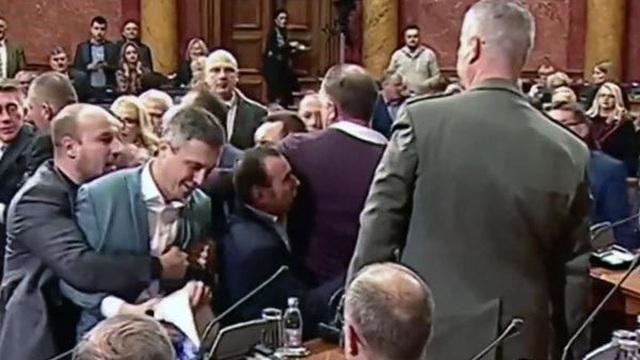 Nghị sĩ Serbia, Montenegro loạn đả giữa nghị trường