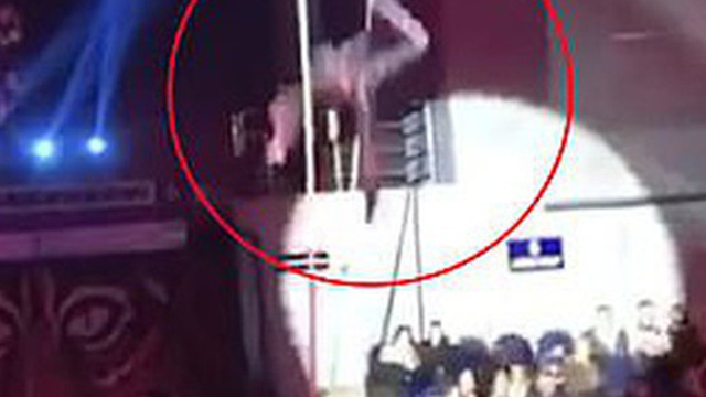 Nữ nghệ sĩ xiếc nhào lộn trên dây gặp tai nạn kinh hoàng khi rơi từ độ cao 6m xuống đất trước mặt hàng ngàn khán giả