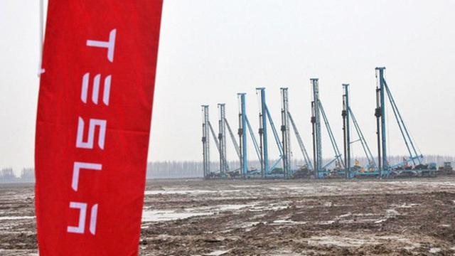 Từ một bãi sình lầy cô quạnh, nhà máy của Tesla ở Trung Quốc xuất xưởng chiếc xe đầu tiên trong thời gian ngắn kỷ lục