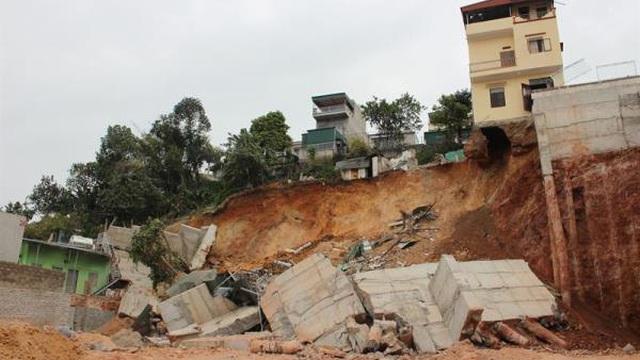 Sập kè nhà dân, 16 hộ ở Quảng Ninh phải di dời khẩn cấp