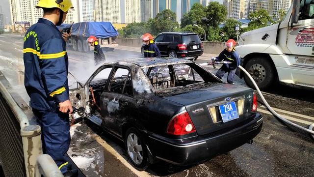 Ô tô biển xanh bốc cháy trơ khung trên đường Hà Nội