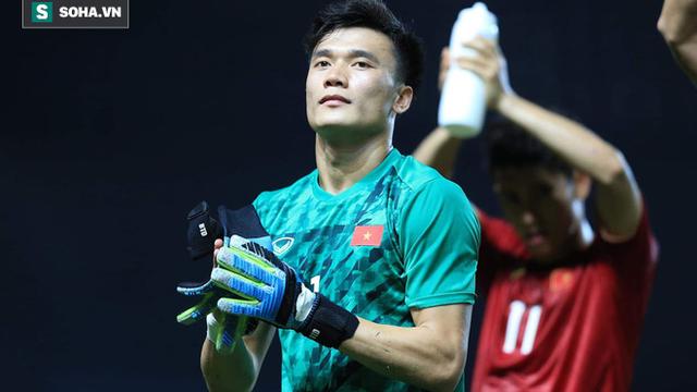 """Bùi Tiến Dũng """"thoát nạn"""", báo tin vui cho U23 Việt Nam sau cú ngã """"nguy hiểm và đau đớn"""""""