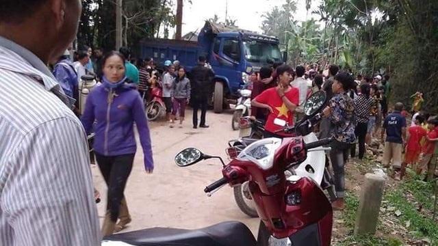 Xe tải lùi cán chết 1 học sinh tiểu học, người dân vây giữ hiện trường