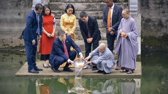 Đại sứ Mỹ thả cá chép tiễn ông Táo, chúc mừng năm mới bằng tiếng Việt