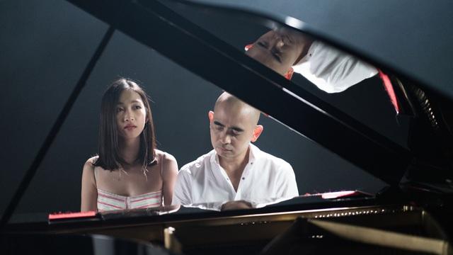 Đức Trí tự tay đệm đàn cho Juky San hát nhạc phim Tết
