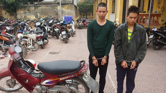 """Hai anh em trai """"điều"""" xe ôm tới nghĩa trang đánh bất tỉnh để cướp xe máy, tiền"""