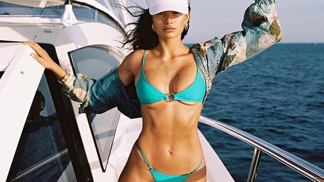 Siêu mẫu lai cao 1m80 Kelly Gale diện bikini hút mắt trên du thuyền