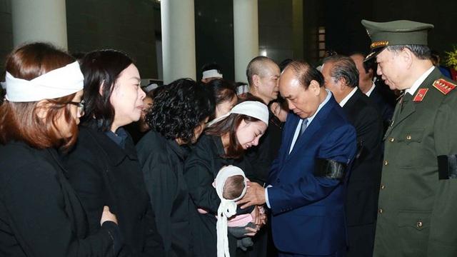 Thủ tướng Nguyễn Xuân Phúc tới viếng 3 chiến sĩ hy sinh ở Đồng Tâm