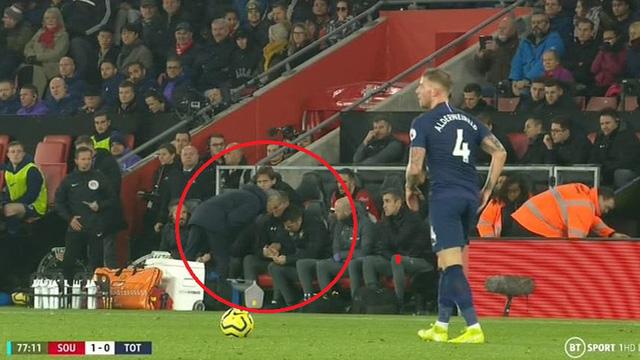 Ngang nhiên mò sang nhìn trộm chiến thuật của đối thủ, Mourinho phải nhận thẻ vàng