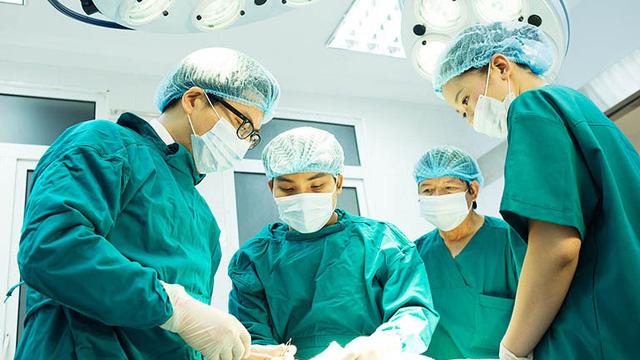 Người tí hon cao 120cm, nặng 60kg trở thành ca can thiệp tim mạch chưa từng có tại Việt Nam