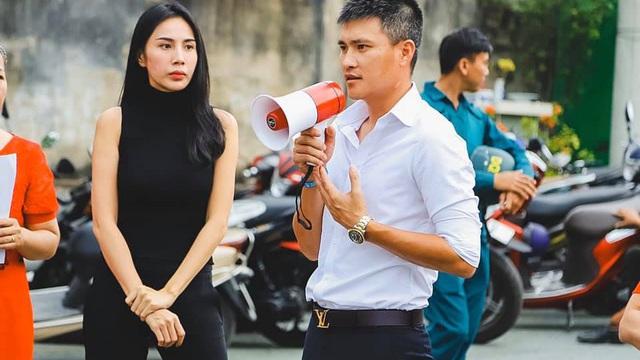 """Cùng Thủy Tiên trao tiền tỷ cho công nhân, Công Vinh """"phát hiện"""" sự tương phản đặc biệt"""