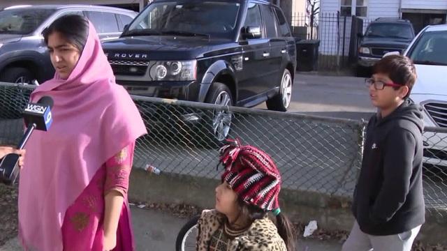 Bé trai 9 tuổi nhanh trí phối hợp cùng chị đánh đuổi tên trộm xe trong đêm