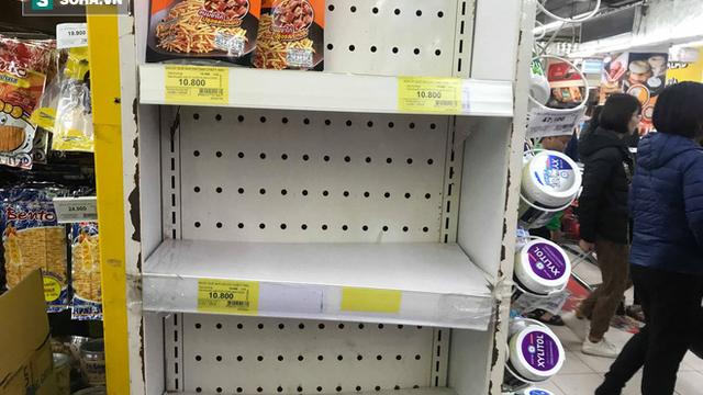 Các kệ hàng siêu thị trống trơn ngày 30 Tết do người dân thủ đô chen nhau mua sắm