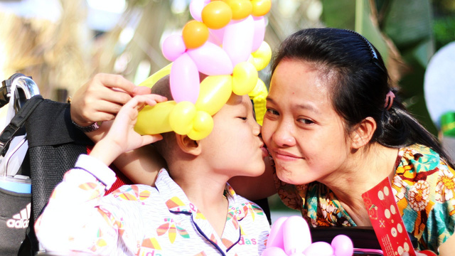 """100 bệnh nhi ung thư lần đầu mặc áo dài đón Tết trong bệnh viện: """"Con mong mẹ sẽ không khóc mỗi đêm"""""""