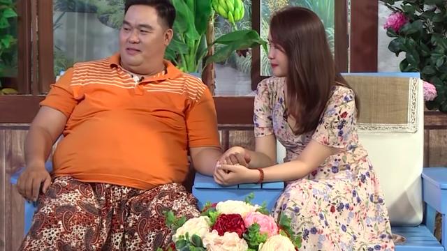 Nếu không phải con của ba, con sẽ không bao giờ được ngồi chễm chệ ngang với cô Việt Hương như vậy!