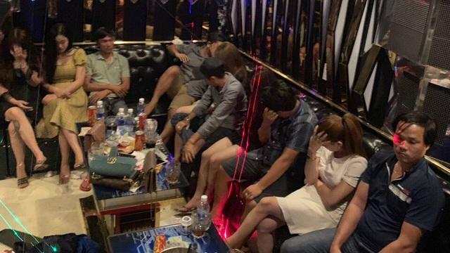 21 nam nữ thanh niên chơi ma túy trong quán karaoke