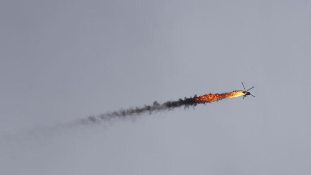 24h qua ảnh: Trực thăng quân đội Syria bị bắn cháy trên không