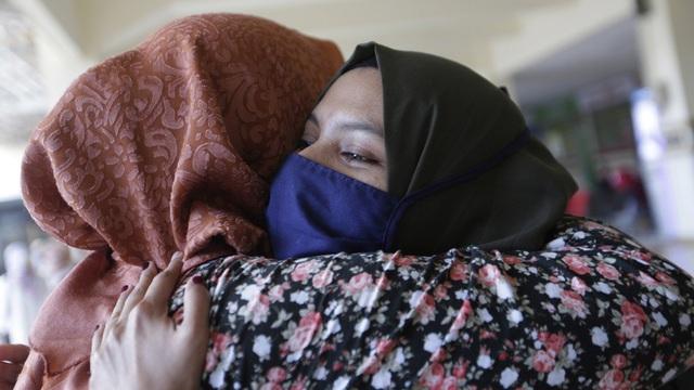 """Chưa có ca nhiễm COVID-19 """"nhờ cầu nguyện"""": Bộ trưởng Y tế Indonesia lên tiếng, giới chuyên gia """"nhíu mày"""""""