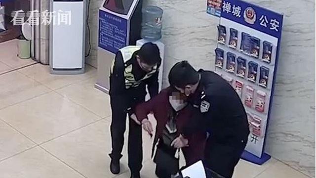Con trai lừa đảo bán khẩu trang kiếm gần 700.000 NDT, người mẹ dẫn con đi tự thú rồi quỳ gối bất lực ở đồn cảnh sát