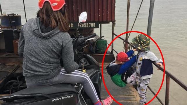 Hai đứa trẻ đánh đu vắt vẻo ngoài thành phà qua sông, thái độ của bà mẹ khiến tất cả bức xúc